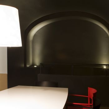Porro, image:contract_immagini - Porro Spa - Neve Armchairs, Synapsis table, Shadow Light lamps